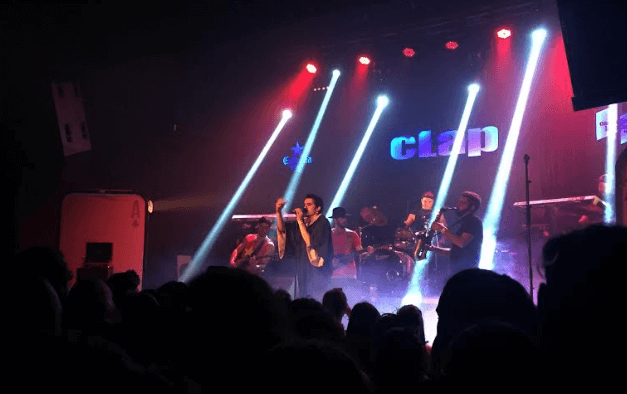 Llenazo de Adala & The Same Song Band en la Sala Clap